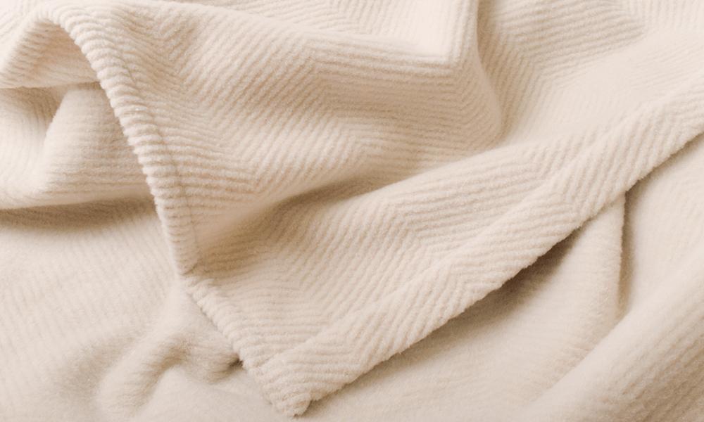 羽毛布団と毛布、どっちを上にして寝る?