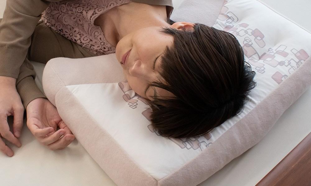 横寝上手枕のイヤーポケットで耳への負担を軽減。